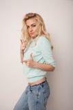 Piękna szczęśliwa blond dziewczyna w tanu, zabawę Zdjęcie Stock