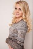 Piękna szczęśliwa blond dziewczyna w tanu, zabawę Zdjęcia Royalty Free