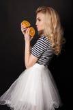 Piękna szczęśliwa blond dziewczyna w tanu, zabawę Obrazy Stock