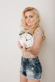 Piękna szczęśliwa blond dziewczyna w tanu, zabawę Zdjęcia Stock