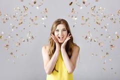 Piękna szczęśliwa brunetki kobieta z długie włosy ono uśmiecha się i confetti spada wszędzie 1 3 5 6 tłuszczu kokosowego 8 świeże Zdjęcia Stock