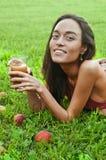 Piękna szczęśliwa chuderlawa młoda kobieta ono uśmiecha się z szkłem sok Obraz Royalty Free