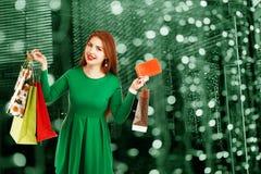 Piękna szczęśliwa dziewczyna pozuje z torba na zakupy przeciw bokeh bac zdjęcie stock