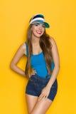 Piękna Szczęśliwa dziewczyna Przeciw kolor żółty ścianie zdjęcia royalty free