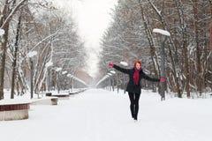 Piękna szczęśliwa dziewczyna w czerni chodzi plenerowego Zdjęcie Royalty Free
