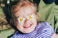 Piękna szczęśliwa dziewczyna z kwiatami Obraz Stock