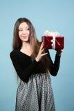 Piękna szczęśliwa dziewczyna z prezentem. Zdjęcia Royalty Free