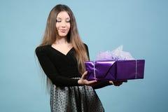 Piękna szczęśliwa dziewczyna z prezentem. Zdjęcia Stock