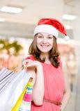 Piękna Szczęśliwa dziewczyna Z Red Hat i torba na zakupy W zakupy Zdjęcie Stock