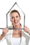 Piękna szczęśliwa kobieta pokazuje domowego symbol Zdjęcie Stock