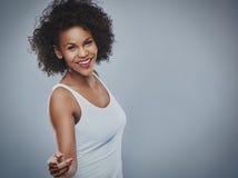 Piękna szczęśliwa kobieta tanczy nad szarym tłem zdjęcia stock