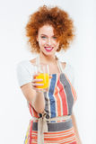 Piękna szczęśliwa kobieta trzyma szkło świeży sok pomarańczowy obrazy royalty free