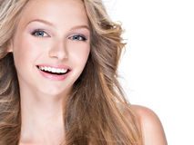 Piękna szczęśliwa kobieta z długim kędzierzawym włosy zdjęcie royalty free