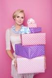 Piękna szczęśliwa kobieta z prezenta kolorowymi pudełkami kolorów strzałek głębii pola płycizny miękka część Boże Narodzenia, uro Fotografia Stock