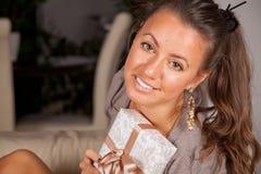 Piękna szczęśliwa kobieta z teraźniejszością obraz stock