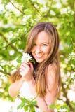 Piękna szczęśliwa młoda kobieta w wiosna ogródzie wśród jabłczanego okwitnięcia, miękka ostrość Zdjęcie Royalty Free