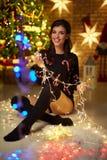 Piękna szczęśliwa młoda kobieta z bożonarodzeniowe światła zdjęcie stock