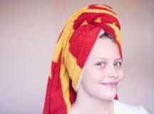 Piękna szczęśliwa nastoletnia dziewczyna z ręcznikiem na jej głowie Obraz Royalty Free