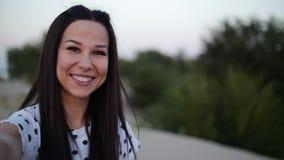 Piękna Szczęśliwa ono Uśmiecha się Elegancka Radosna Europejska Śliczna młoda dziewczyna w Białej bluzce I Długiego zmroku Gładki zdjęcie wideo