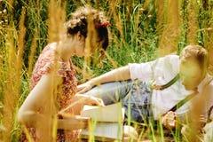 Piękna szczęśliwa panna młoda i elegancki retro fornala lying on the beach na tweedu bla obrazy royalty free