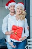 Piękna szczęśliwa para na święto bożęgo narodzenia Zdjęcie Stock