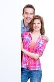 Piękna szczęśliwa para z sztandarem. obrazy royalty free