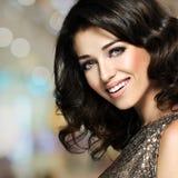 Piękna szczęśliwa roześmiana kobieta z brown włosami Zdjęcia Royalty Free