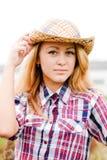 Dosyć ono uśmiecha się szczęśliwa blond nastoletnia dziewczyna w kowbojskim kapeluszu Fotografia Stock