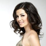 Piękna szczęśliwa uśmiechnięta kobieta z brown hairs Zdjęcie Royalty Free