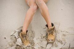 Piękna, szczupła kobieta, iść na piechotę w wysokich rzemiennych butach Dziewczyna z gęstymi butami na piasku Fotografia Stock