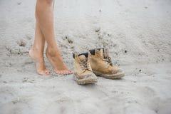 Piękna, szczupła kobieta, iść na piechotę w wysokich rzemiennych butach Dziewczyna z gęstymi butami na piasku Zdjęcie Stock