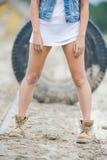 Piękna, szczupła kobieta, iść na piechotę w wysokich rzemiennych butach Dziewczyna z gęstymi butami na piasku Zdjęcie Royalty Free