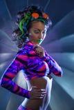 Piękna szczupła kobieta pozuje z neonowym makeup Fotografia Stock