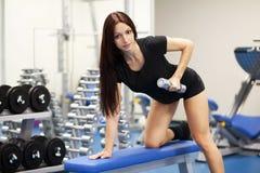 Piękna szczupła kobieta w gym zdjęcie stock