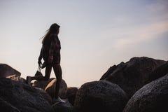 Piękna szczupła kobieta w koszula, skróty i moda okulary przeciwsłoneczni, chodzimy na dużych skałach Widok od plecy Piękno ślicz Obraz Royalty Free