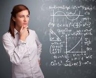 Piękna szkolna dziewczyna myśleć o powikłanych matematycznie znakach Obrazy Stock