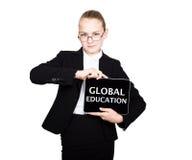 Piękna szkolna dziewczyna w garniturze trzyma komputer osobisty pastylkę w jego rękach i patrzeć w kamerę na komputer osobisty pa Obraz Royalty Free