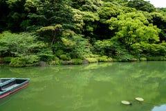 Piękna tło scena bujny zieleni japończyka ogródu góry krajobraz z cieniami zielona roślina, łódź, lotosowy staw, etc, Zdjęcia Stock