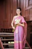 Piękna Tajlandzka dziewczyna w Tajlandzkim tradycyjnym kostiumu zdjęcia royalty free