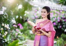 Piękna Tajlandzka dziewczyna w Tajlandzkim tradycyjnym kostiumu obrazy royalty free
