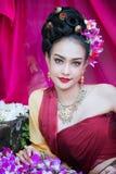 Piękna Tajlandzka dziewczyna w tradycyjnym smokingowym kostiumu w Choeng Tha a zdjęcia stock