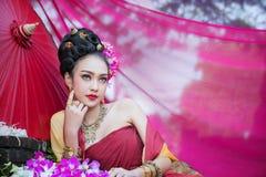 Piękna Tajlandzka dziewczyna w tradycyjnym smokingowym kostiumu w Choeng Tha a obraz stock
