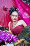 Piękna Tajlandzka dziewczyna w tradycyjnym smokingowym kostiumu w Choeng Tha a zdjęcia royalty free