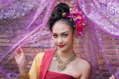 Piękna Tajlandzka dziewczyna w tradycyjnym smokingowym kostiumu w Choeng Tha a obrazy stock