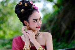 Piękna Tajlandzka dziewczyna w tradycyjnym smokingowym kostiumu jako Tajlandzka świątynia zdjęcie stock