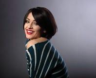 Piękna toothy ono uśmiecha się cieszy się kobieta z krótki czarny hairsty obrazy stock
