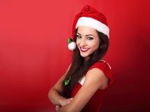 Piękna toothy uśmiechnięta przypadkowa kobieta w Santa klauzula kostiumu wi Zdjęcie Stock
