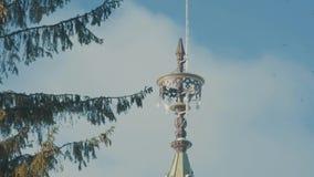 Piękna tradycyjna śnieżysta rosyjska chałupa - ter w lesie zbiory