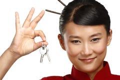 Piękna tradycyjna azjatykcia chińska kobieta pokazuje mieszkanie klucze Fotografia Stock