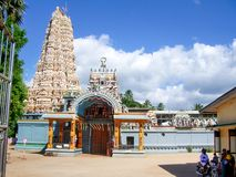 Piękna tradycyjna Hinduska świątynia z ornamentem obrazy stock